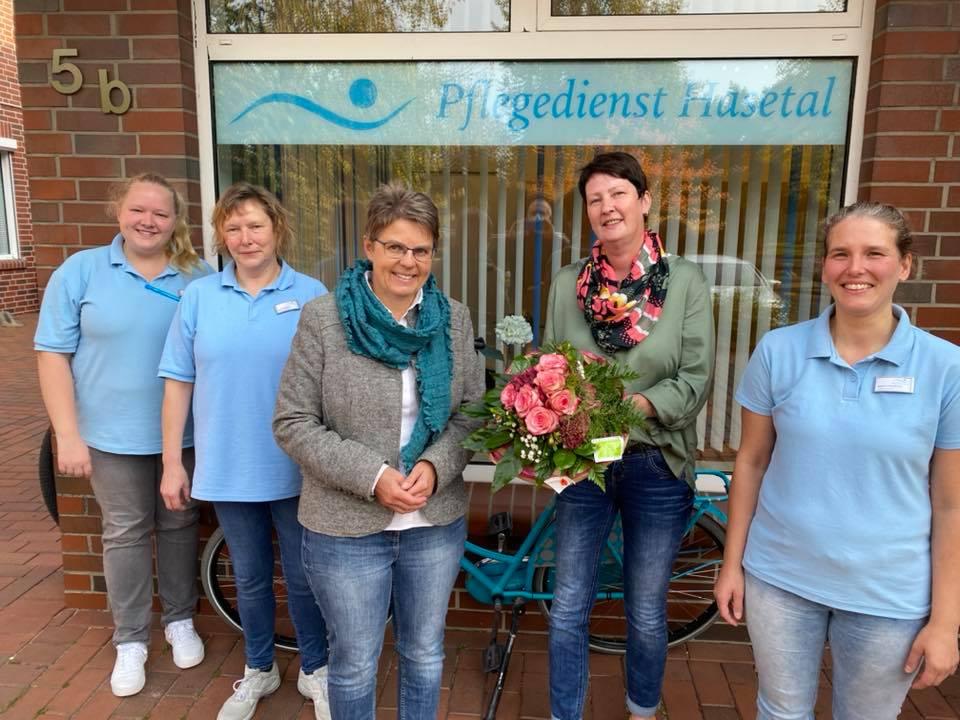 Die stellvertretende Pflegedienstleitung und Kolleginnen mit Blumen zum fünfjährigen Betriebsjubiläum - fürs Foto ganz kurz ohne Sicherheitsabstand und Mund-Nasen-Schutz, sonst natürlich immer mit 😷